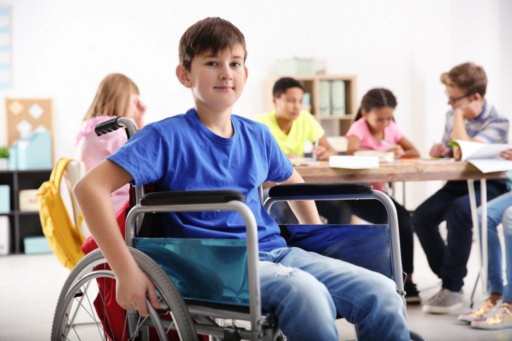 Chłopiec na wózku inwalidzkim w szkole