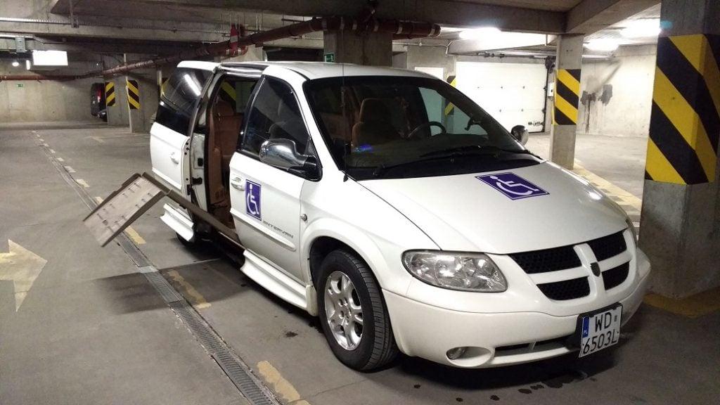 Samochód marki Dodge z elektrycznie wysuwanym podjazdem