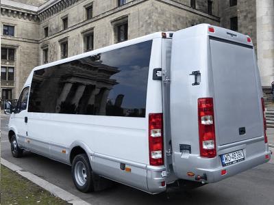 Bus Iveco ujęcie od tyłu z plecakiem