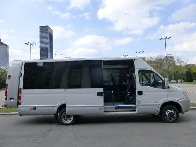 Bus Iveco z plecakiem i otwartymi drzwiami