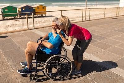 Para seniorów wypoczywa nad morzem