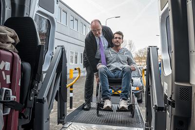 PAsażer na wózku inwalidzkim wprowadzany do busa